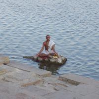 Sadhu in meditazione sulla riva del Gange