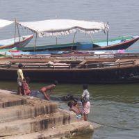 Bambini che giocano e si lavano sul Gange